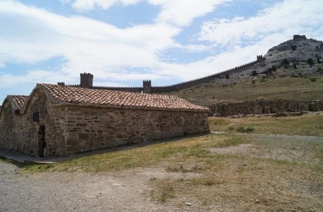 Генуэзская крепость каменные дома