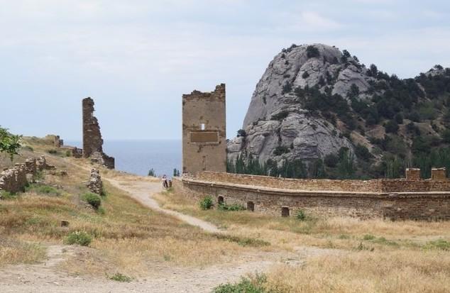 Генуэзская крепость разрушенные стены