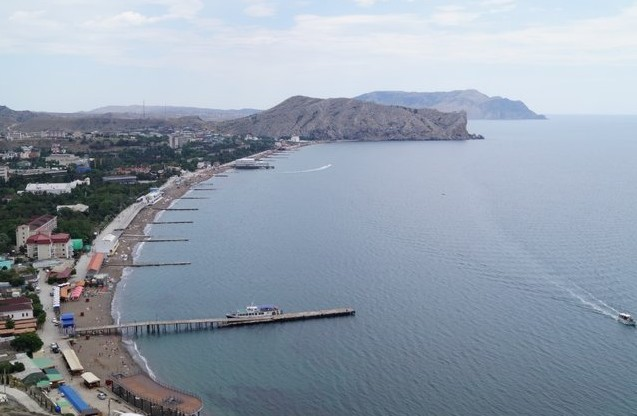 Вид на городской пляж Судака из Генуэзской крепости.