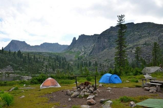 палатки на берегу радужного озера