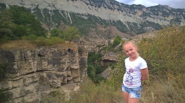 поездка на хунзахский водопад на машине возле обрыва