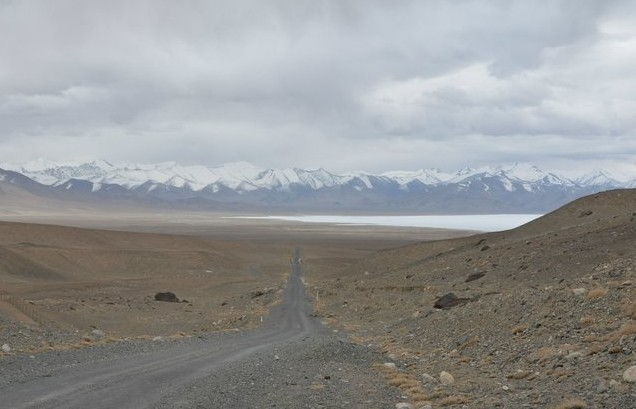 поездка на памир горное озеро в снегу