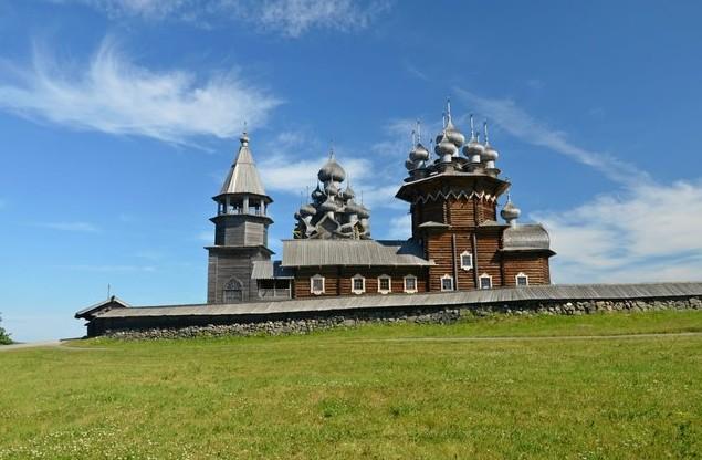 Покровская церковь и шатровая колокольня в кижи