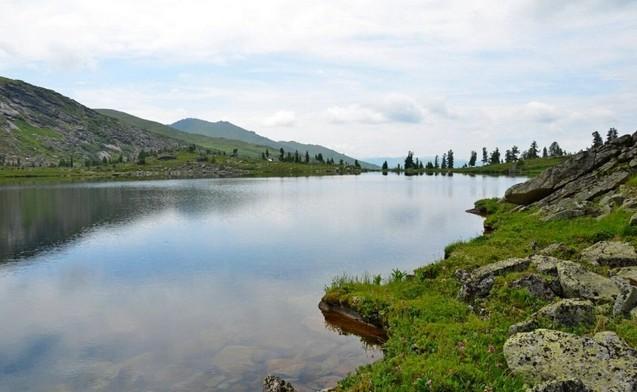 озеро по дороге к перевалу художников ергаки