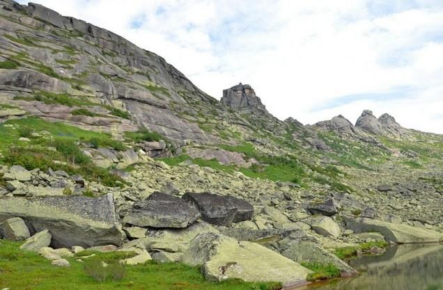 скалы по дороге к Параболе