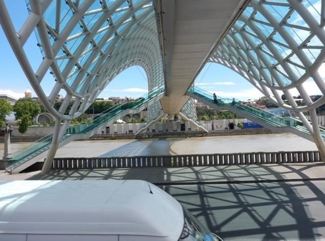 Стеклянный мост, вид снизу