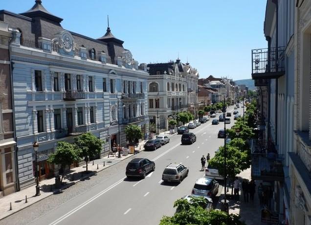 Вид с балкона нашего номера на проспект Давида Агмашенебели