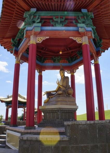 статуи великих буддийских учителей