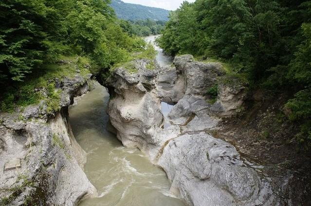 красивая горная река в скалах