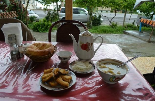 завтрак в кафе на Токтогульском водохранилище