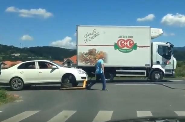 мужик буксирует свой автомобиль