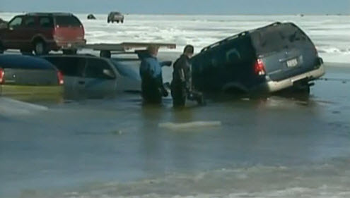 Автомобили утонули в озере