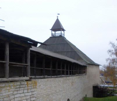 Вид из крепости на Воротную башню и боевые ходы, достопримечательности трассы А115