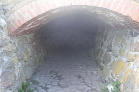 Вход в тайный лаз к воде, крепость Корела, трасса М10