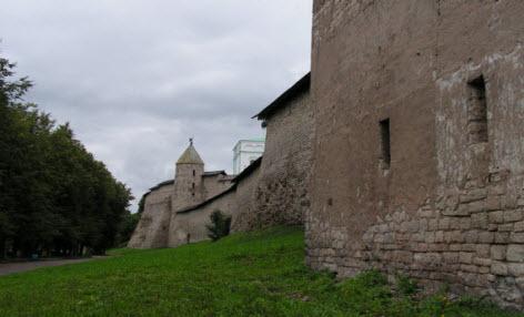 Крепость, Вид на Довмонтову  башню и крепостную стену кремля снаружи, трасса М20