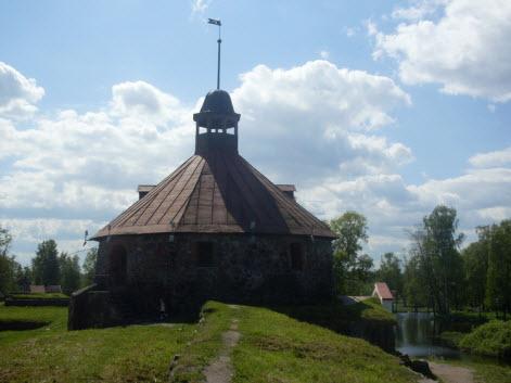 Круглая башня крепость Корела, достопримечательности трассы М10