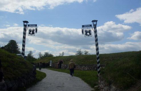 Памятные столбы перед входом в крепость Корела, достопримечательности трассы М10