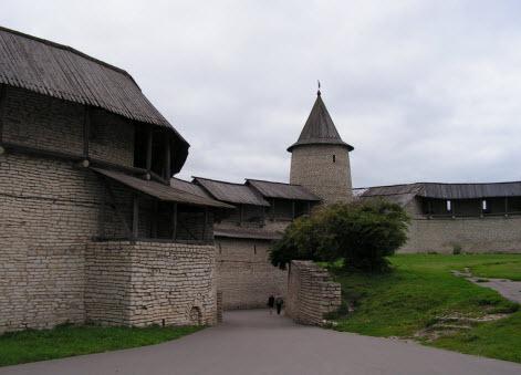 Псков, Вид на захаб и Троицкую башню у Великих ворот, трасса М20