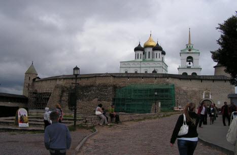 Псков, Вид на кремль из Довмонтова города, трасса М20