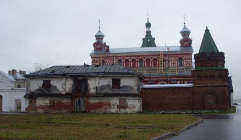 Стена Никольского мужского монастыря и церковь св. Иоанна Златоуста, достопримечательности трассы М18