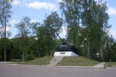 Танк напротив крепости Корела, достопримечательности трассы М10