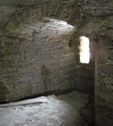 Бойница одной из воротных башен, Копорской крепости, достопримечательности трассы М11