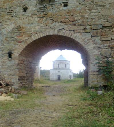 Вид в арку крепостной стены 15 века на Никольскую церковь, достопримечательности трассы М11