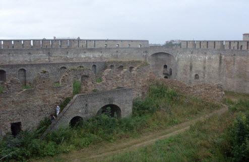Вид на Пороховой амбар и просмотровую площадку Колодезной башни, достопримечательности трассы М11