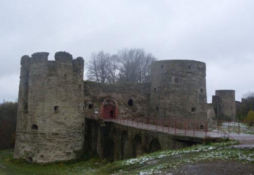Вид на мост, воротные башни и Среднюю башню Копорской крепости, трасса М11