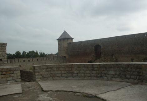Вид с просмотровой площадки на Воротную башню и часть крепостной стены 15 века, трасса М11