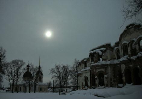 Гостилицы, отреставрированная церковь Святой Троицы и развалины дворца Потемкиных, трасса М11