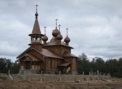 Деревянная церковь в Сиголово-сологубовке, возле трассы Р41
