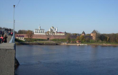 Достопримечательности трассы М10, Вид с другого берега реки на кремль, Софийский собор и Софийскую звонницу