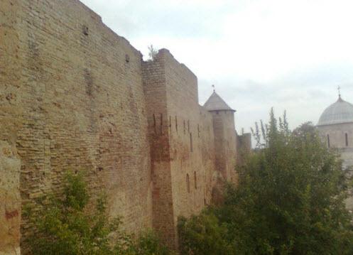 Крепостная стена и башня (остатки крепости 15 века), Ивангород, трасса М11
