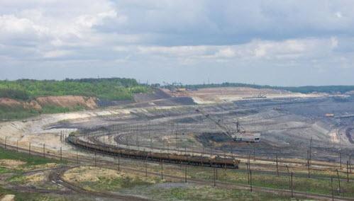 Открытый карьер по добыче железной руды, вид с трассы А142