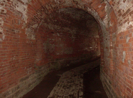 Проход от ворот на территорию Копорской крепости, трасса м11