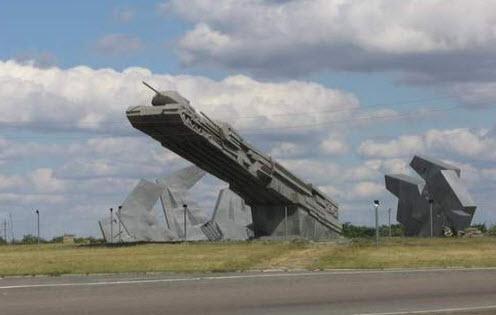 Трасса М21, постамент с танками Морозовск