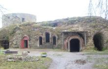 Южная воротная башня Копорской крепости и остатки построек 15 века, достопримечательности трассы М11