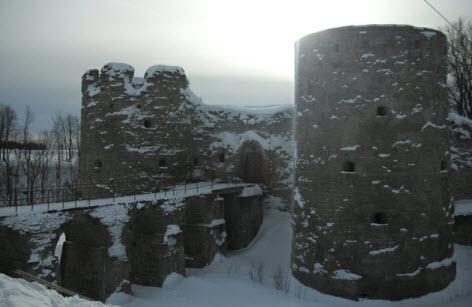 Южная воротная и Северная воротная башни Копорской крепости и мост, трасса м11