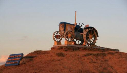 памятник первым трактористам в Тацинском, трасса М21
