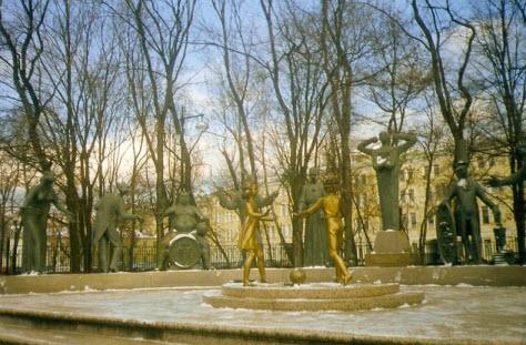 Болотная площадь, скульптуры пороков