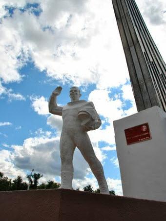 Памятник Гагарину возле Красноармейска, здесь он приземлился