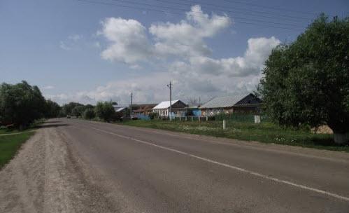 Дорога Р241, поселок по трассе