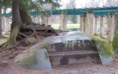 Каменная скамья Екатерины Второй Великой в Ломоносовском парке