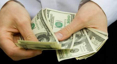 деньги, руки. выплаты по дсаго