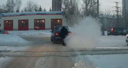 силач поднял машину