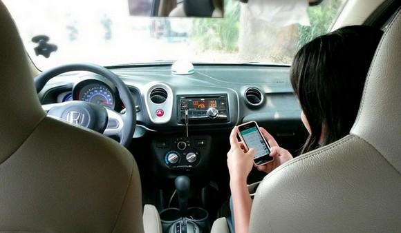 девушка с айфоном в авто