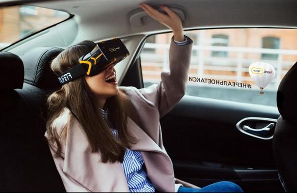 девушка в такси и шлеме