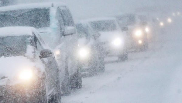 снежная метель на дороге