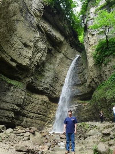 на фоне горного водопада